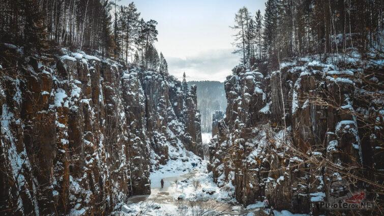 Сказочное скальное ущелье зимой