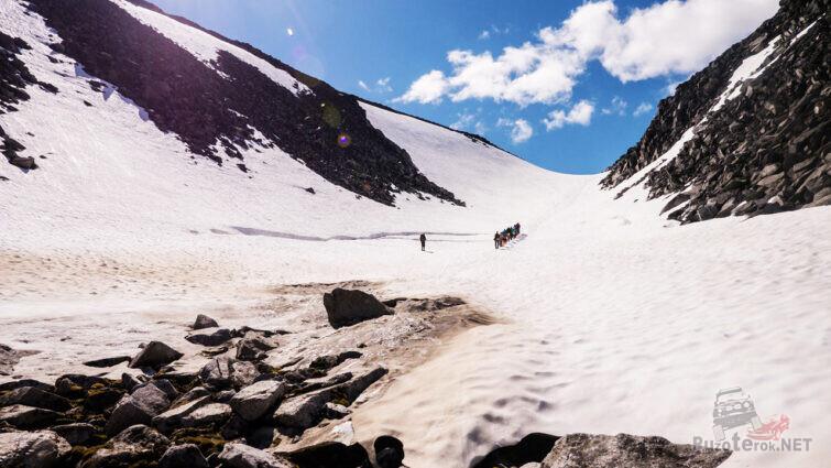 Снежная лощина на пути к вершине горы