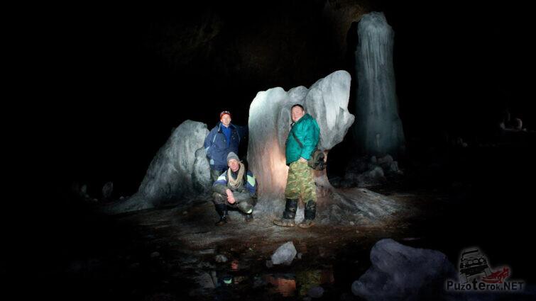 Спелеотуристы в ледяном гроте