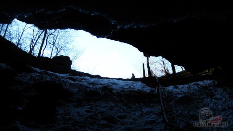 Спуск в ледяную пещеру
