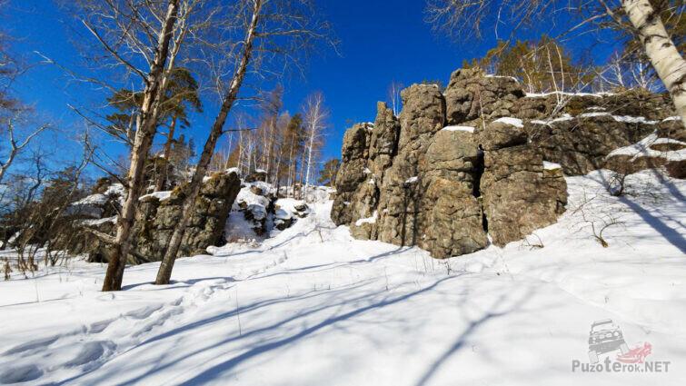 Сугробы и скалы на склоне горы