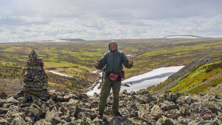 Турист на фоне высокогорной тундры