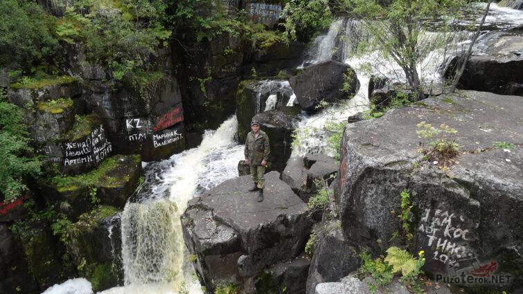 Турист на вершине водопада