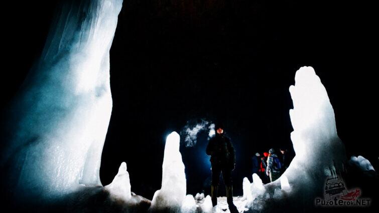 Турист в благоустроенном ледяном гроте