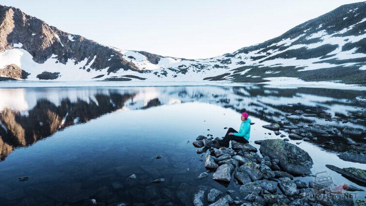 Туристка на берегу озера Бублик