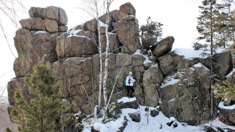 Туристка на вершине горы Юрьев камень