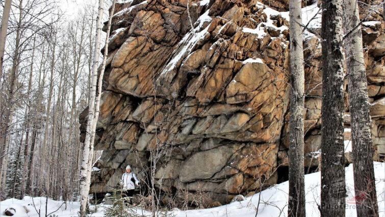Туристка у основания скального останца