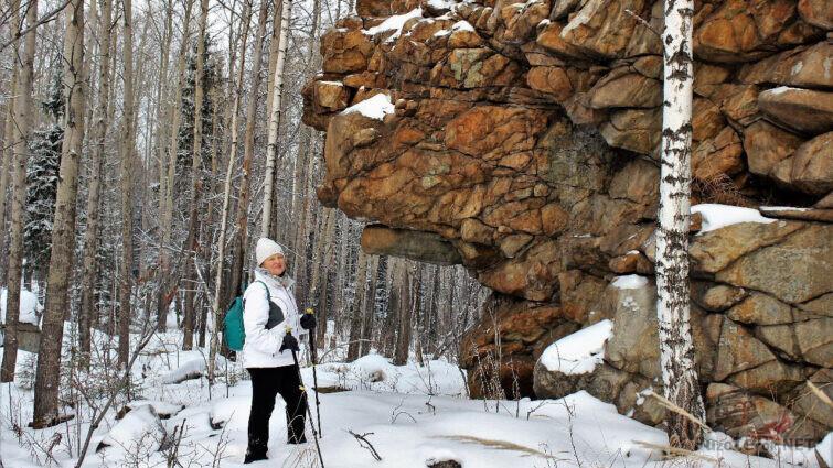 Туристка в заснеженном лесу на горе Юрьев камень