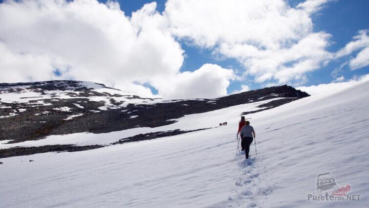 Туристы идут по рыхлому снегу