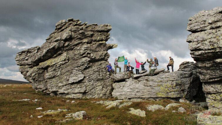 Туристы на скалах Три брата