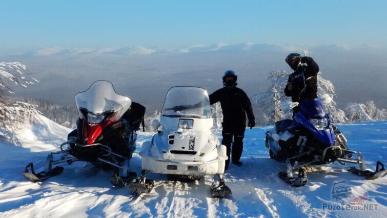 Туристы на снегоходах в заснеженной высокогорной тундре Пермского края