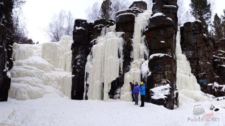 Туристы у застывшего водопада