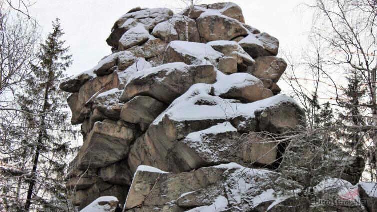 Укрытый снегом скальный останец