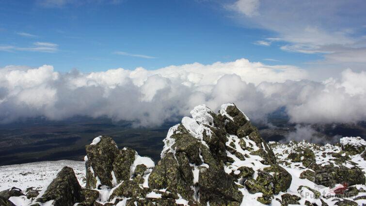 Вершина горы над облаками
