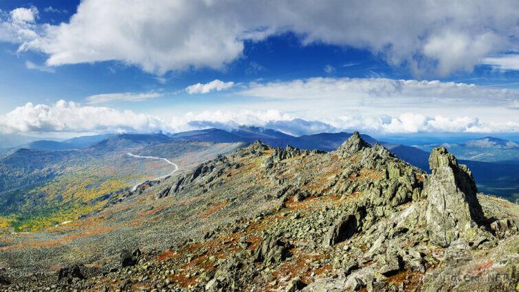 Вершина горы с каменными россыпями