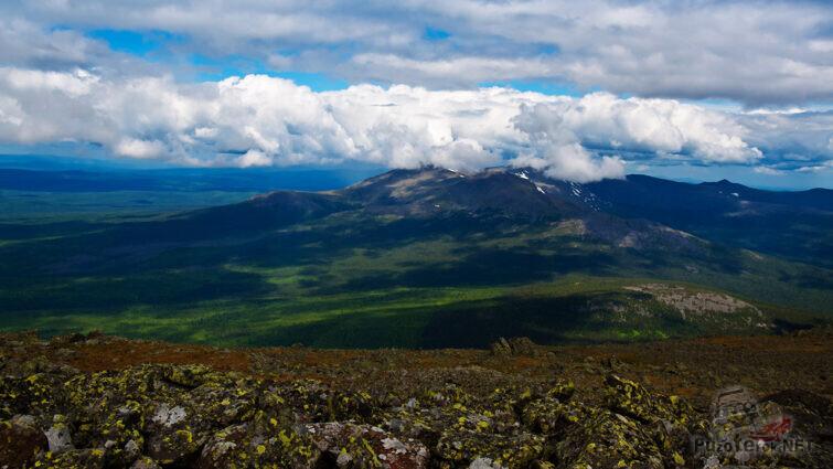 Вершина горы среди облаков