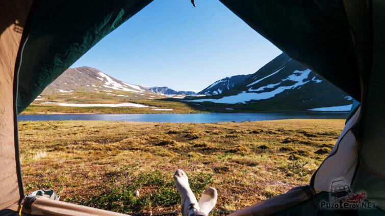 Вид из палатки на вершину Народной вдалеке
