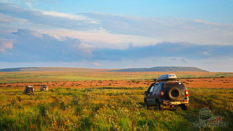 Внедорожники поднимаются на горное плато через Цепельские поляны