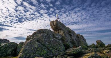 Воздвигнутый туристами крест на вершине горы